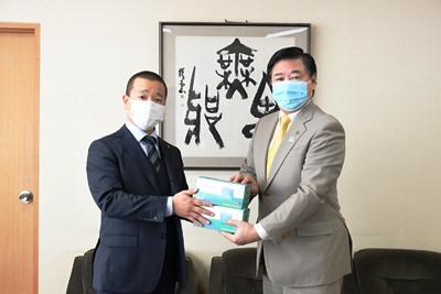 高木隆さんから長友市長へマスクを渡す写真